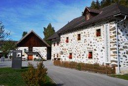 """zusätzlich zu unserer Dauerausstellung """"die Hirschbacher Bauernmöbeln"""" findet z.Z. auch eine Fotoausstellung über die Steinbloßhöfe aus Hirschbach und Umgebung statt"""