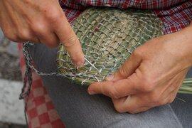 Stadler Sigrid beim Korbbinden aus Naturgräsern