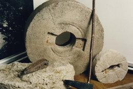 Museumsraum Mühlstein und Werkzeug