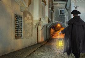 Der Nachtwächter in den Gassen von Mauthausen