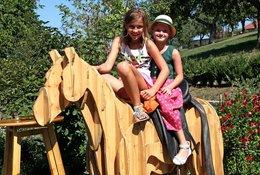 Kinder lieben das Reiten auf unserem Holzpferd